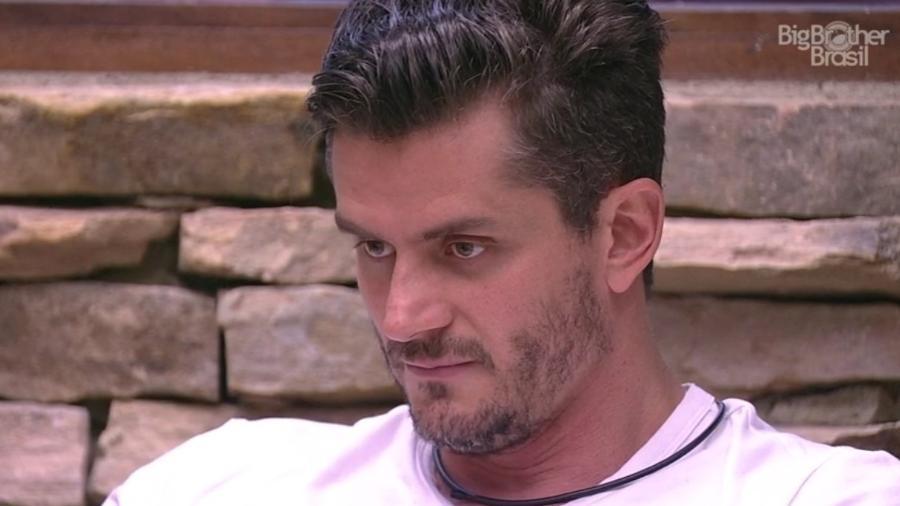 """Marcos acredita que Vivian e Emilly podem vencer o """"BBB17"""" - Reprodução/Gshow"""