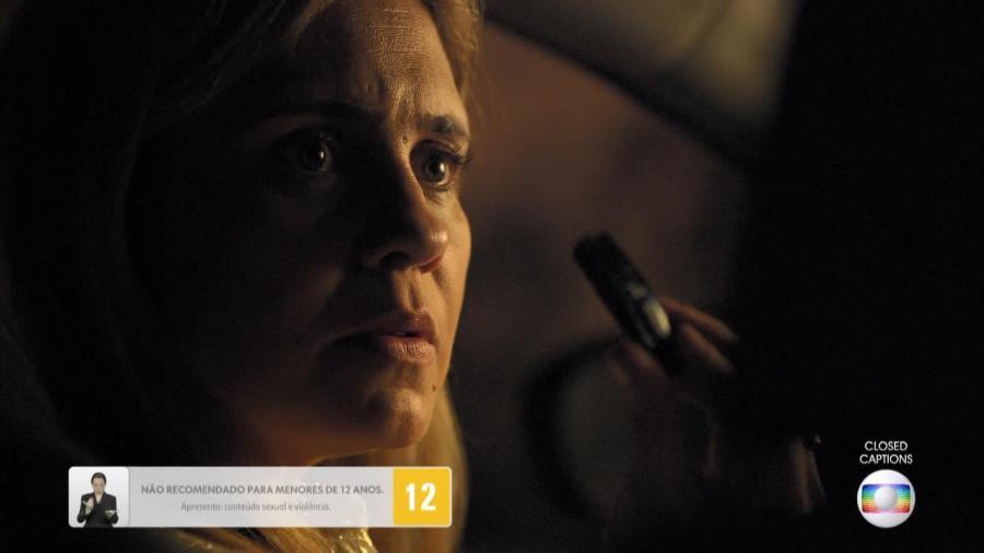 """Em """"Avenida Brasil"""", Carminha acha um pen drive no envelope com as fotos que a comprometiam  - Reprodução"""