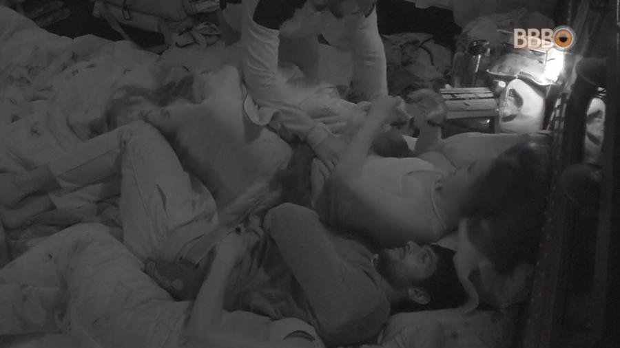 Brothers deitam no quarto submarino - Reprodução/GlobosatPlay