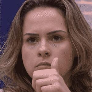 """10.fev.2016 - Ana Paula faz comentários ao assistir os brothers pela TV, no esconderijo do """"BBB16"""" - Reprodução/TV Globo"""
