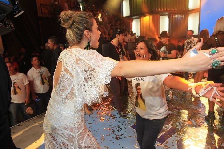5.abr.2016 - Ana Paula comemora vitória de Munik com a mãe da goiana