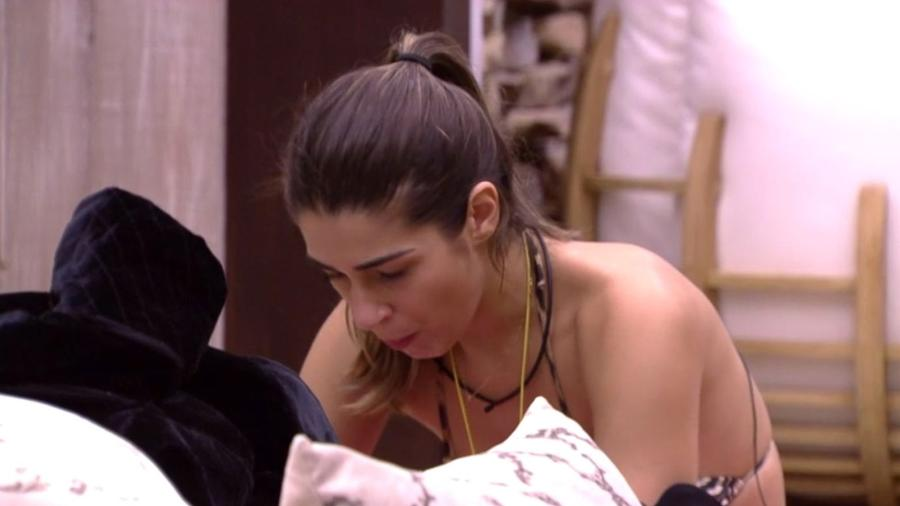 """Vivian arrumas suas coisas no quarto do líder do """"BBB17"""" - Reprodução/TV Globo"""