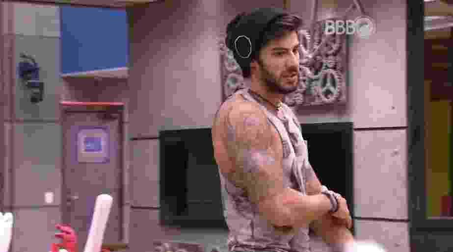 "1.mar.2016 - Renan conta sonho para Ronan, no ""BBB16"" - Reprodução/TV Globo"