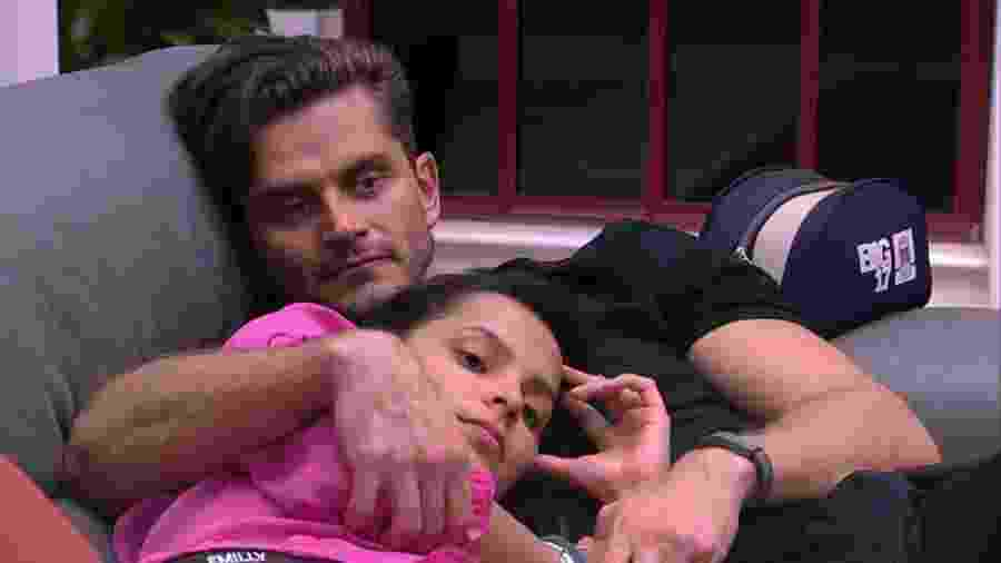 Marcos e Emilly ficam abraçados enquanto conversam sobre paredão - reprodução/TV Globo