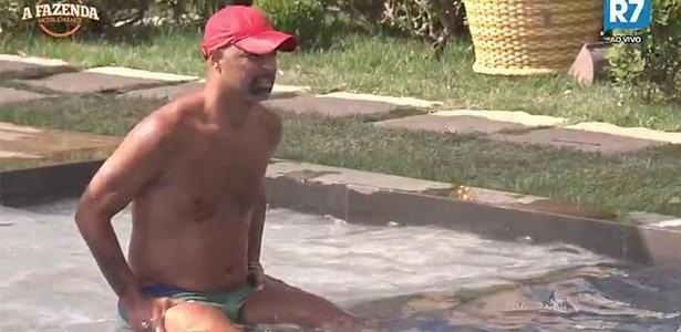 Dinei conversa com Nahim enquanto aproveita a piscina