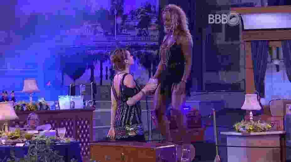 """4.mar.2016 - Ana Paula joga gelo na Adélia e sister avisa que está se segurando para não agredi-la: """"Produção, ela jogou gelo em mim"""" - Reprodução/TV Globo"""