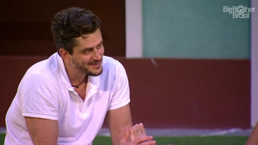 Marcos faz massagem nos pés de Emilly ao mesmo tempo em que a chama de pinscher - Reprodução/TV Globo
