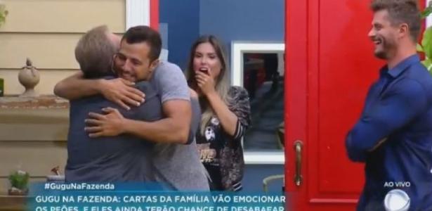 """Peões recebem Gugu Liberato na sede de """"A Fazenda"""""""