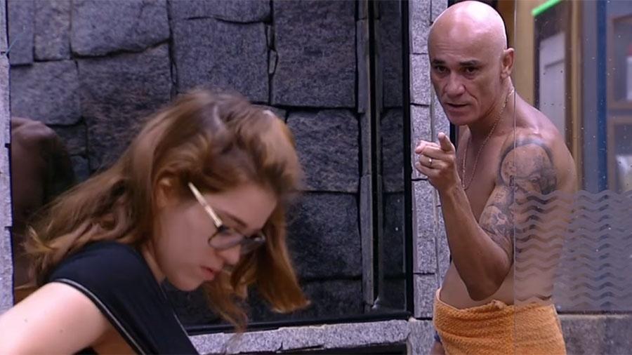 Ayrton briga com Ana Clara durante conversa no banheiro - Reprodução/GloboPlay