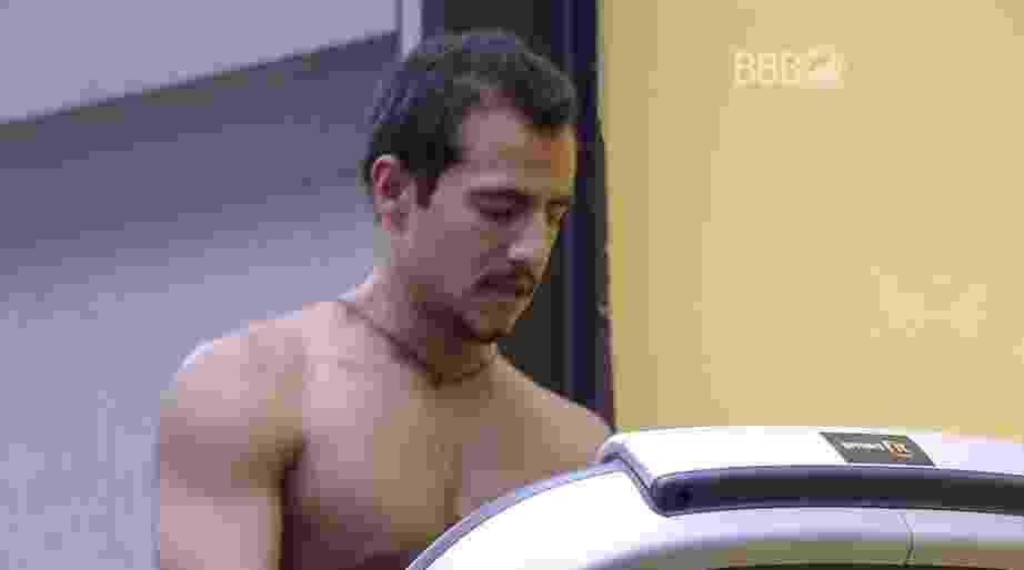 """8.mar.2016 - Matheus se lembra de Ana Paula no """"BBB16"""" - Reprodução/TV Globo"""
