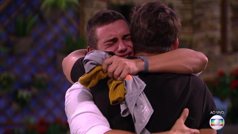 """Antônio e Manoel se abraçam no """"BBB17"""" - Reprodução/TV Globo"""
