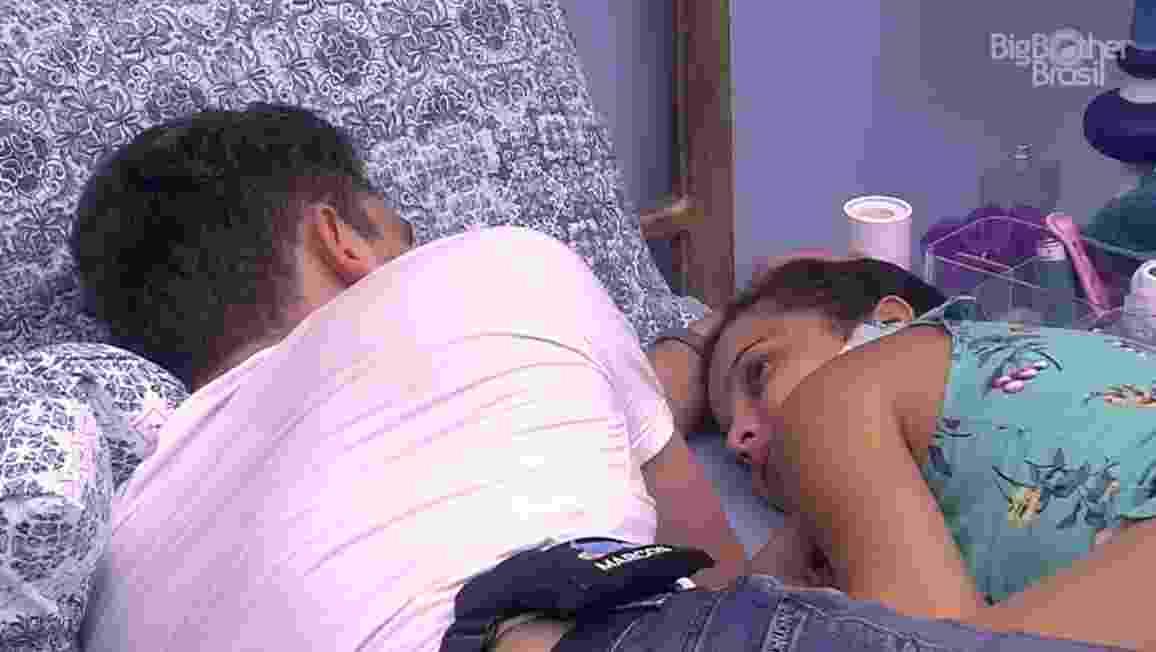 Emilly e Marcos conversam no quarto azul - Reprodução/TV Globo