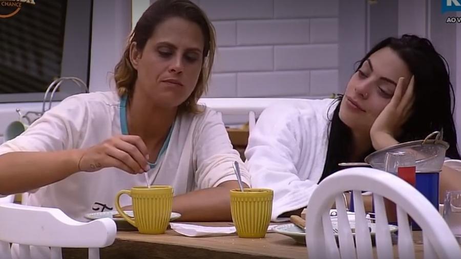 Monique e Aritana conversam depois da festa - Reprodução/R7
