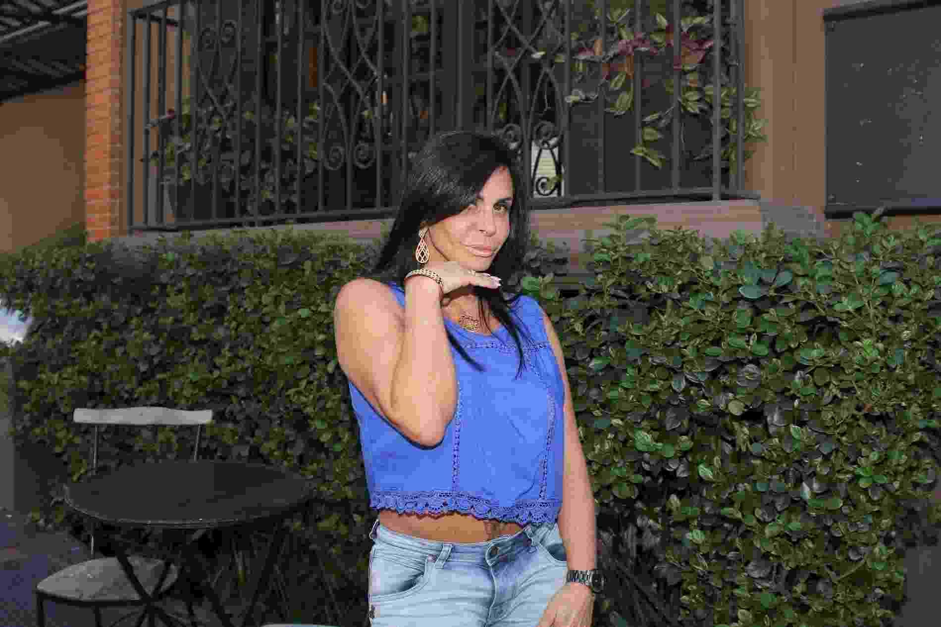 Aos 58 anos, Gretchen mostra sua boa forma e faz biquinho ao exibir a barriga usando uma blusa curtinha em São Paulo - Thiago Duran/AgNews