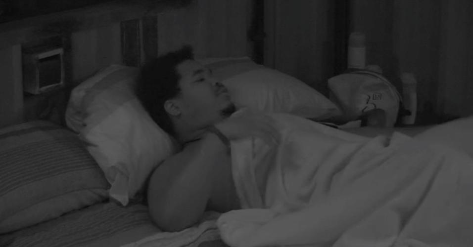 28.mar.2016 - Ronan brinca com Munik dizendo que se ele for líder ela terá que dormir abraçada com ele