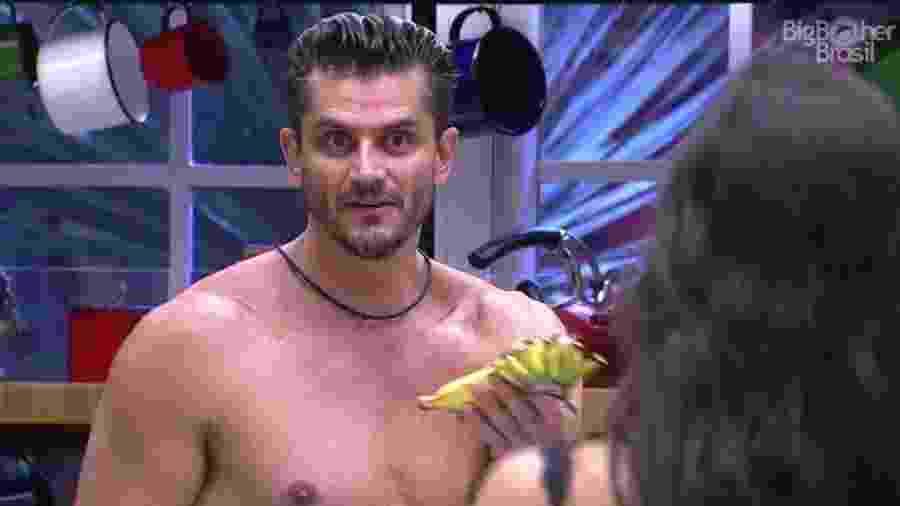 Em um dos seus momentos de fúria, Marcos disse: ?Se precisar, arrumo minha mala agora e vou embora na boa?. - Reprodução/TV Globo
