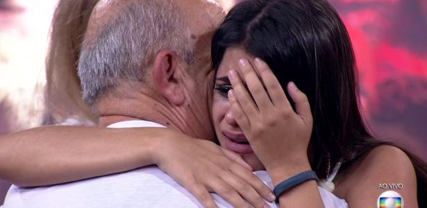 "Ana Paula abraça o pai após deixar o ""BBB18"""