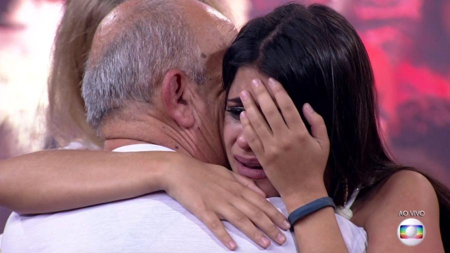 """Ana Paula abraça o pai após deixar o """"BBB18"""" - Reprodução/TvGlobo"""