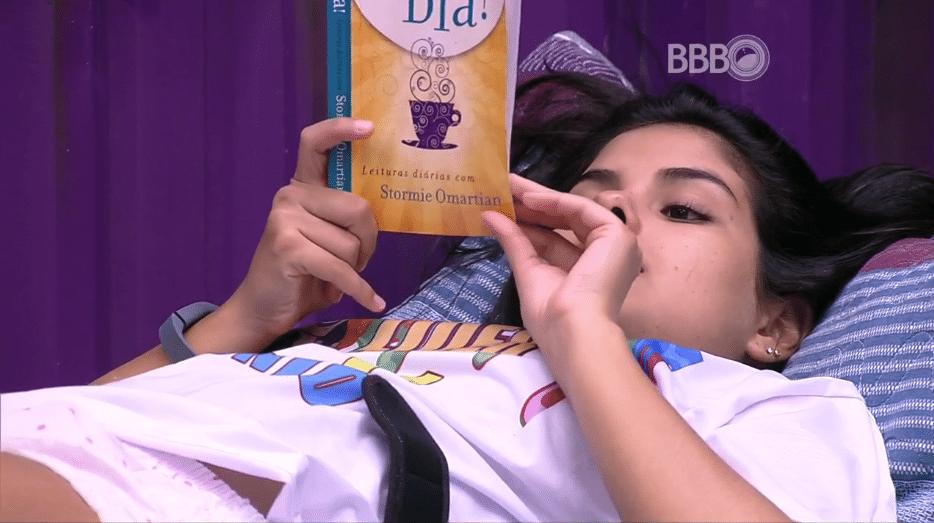 1.abr.2016 - Munik faz a leitura do dia para os brothers, antes de dormirem