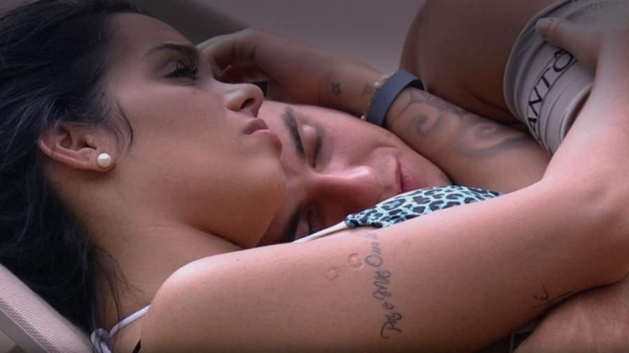 25. jan.2017  - Antônio e Mayara trocam carícias  - Reprodução/TV Globo