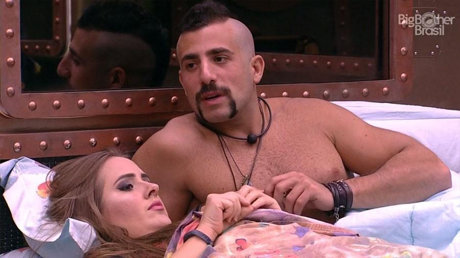 Patrícia e Kaysar conversam no quarto submarino - Reprodução/GloboPlay