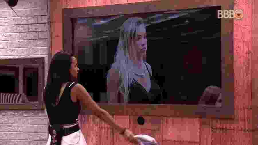 Gleici joga bola de papel na TV ao ver a imagem de Jéssica - Reprodução/Globoplay