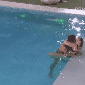 """3.mar.2016 - Na piscina do """"BBB16"""", clima esquenta entre Cacau e Matheus. O brother chamou a parceira de """"complicada e perfeitinha"""" - undefined"""