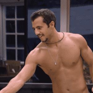 """9.mar.2016 - Matheus limpa a cozinha do """"BBB16"""" - Reprodução/TV Globo"""