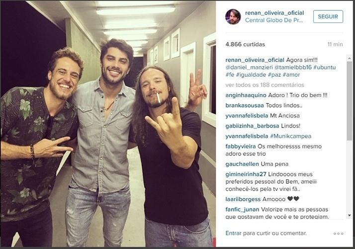 5.abr.2016 - Nos Estúdios Globo, Daniel, Renan e Tamiel posam juntos antes da grande final do