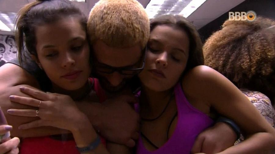 """25.jan.17 - Daniel abraça gêmeas no segundo dia de """"BBB17"""" - Reprodução/TV Globo"""