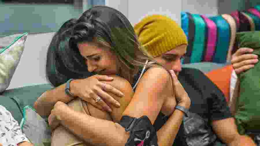 Mayara e Vivian se abraçam após a anúncio da saída da mineira - Globo/Paulo Belote