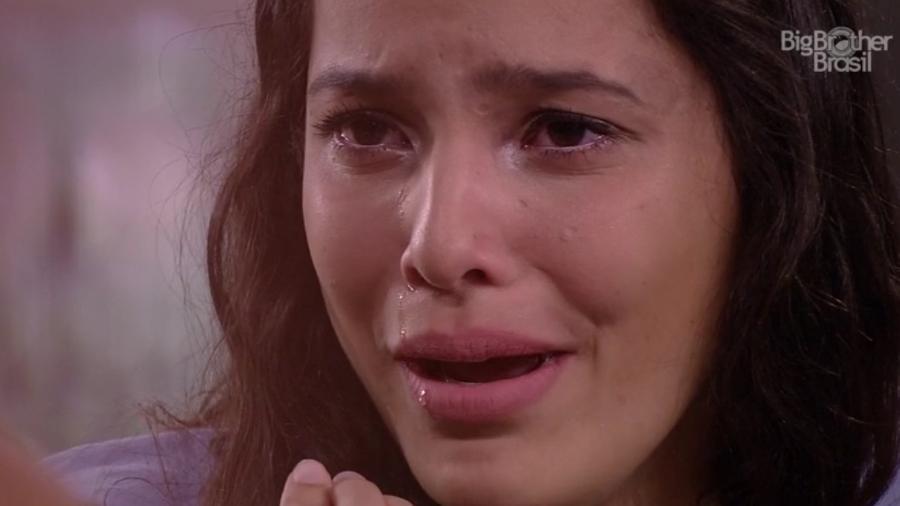 Emilly chora ao se lembrar da mãe - Reprodução/TVGlobo