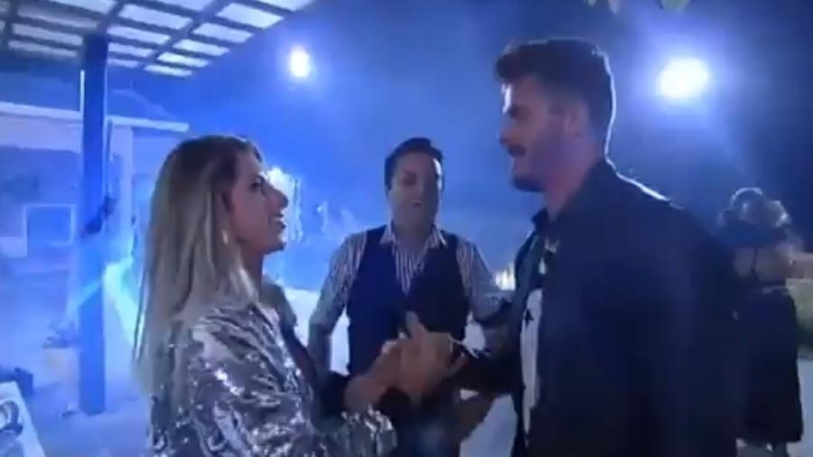 Ana Paula Minerato e Marcos se reencontram em festa com ex-peões - Reprodução/R7
