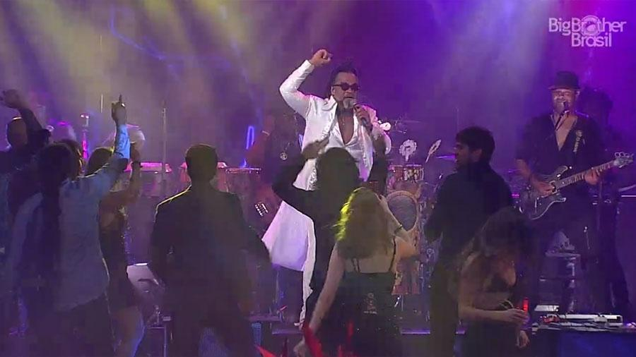"Carlinhos Brown agita festa na casa do ""BBB18"" - Reprodução/GloboPlay"