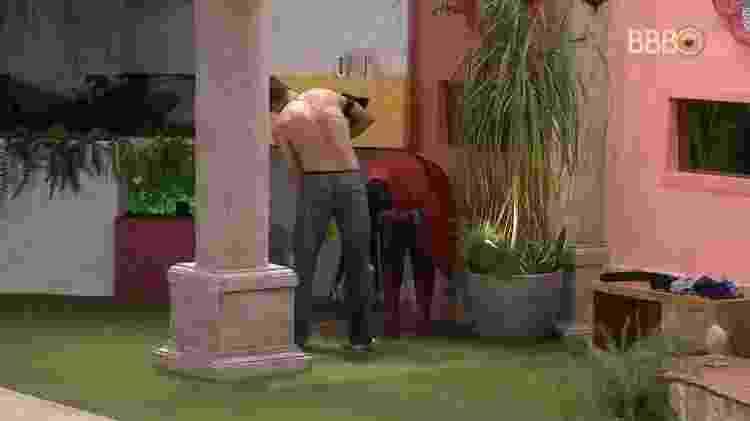 Roberta usa água da piscina para enxaguar o cabelo - Reprodução/TVGlobo - Reprodução/TVGlobo
