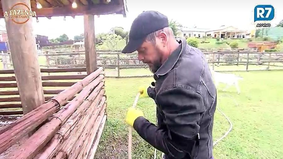 Conrado limpa a baia dos porcos - Reprodução/R7
