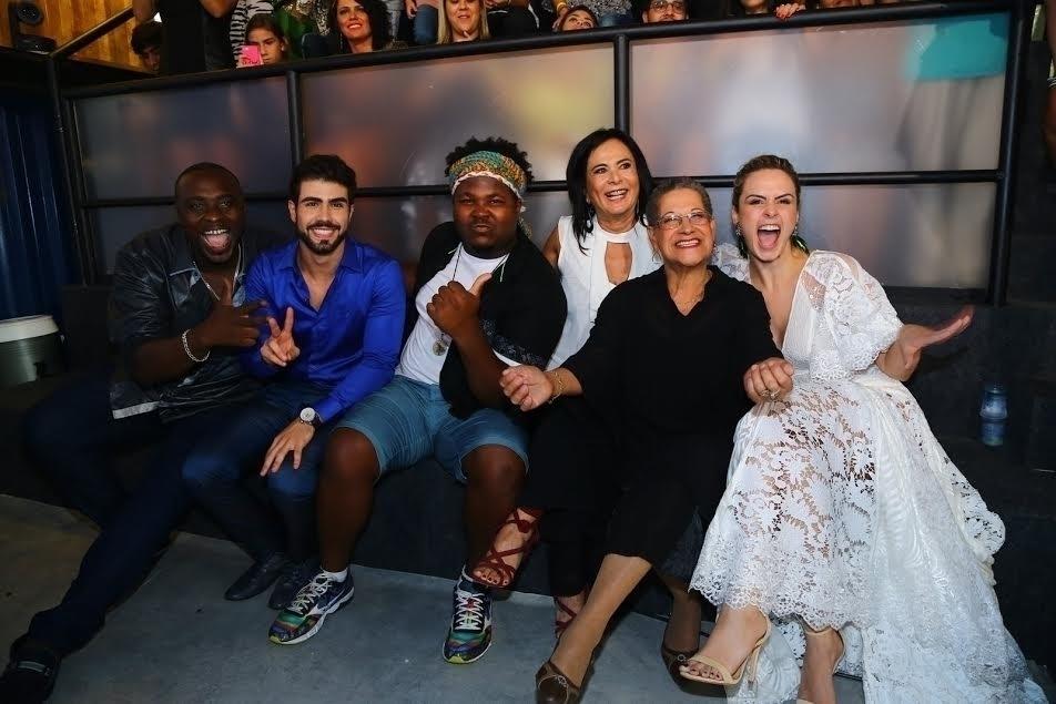 5.abr.2016 - Ana Paula posa para foto com William, Laham, Ronan, Harumi e dona Geralda