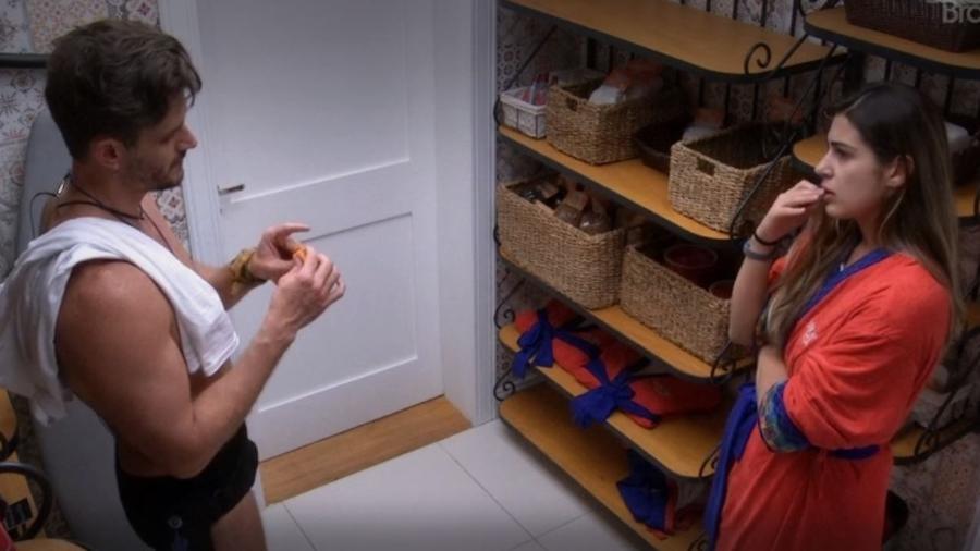 Marcos e Vivian conversam na despensa - Reprodução/TV Globo