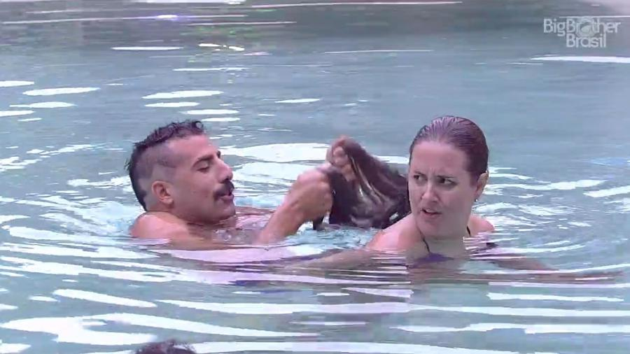 Kaysar e Patrícia brincam na piscina da casa  - Reprodução/GloboPlay