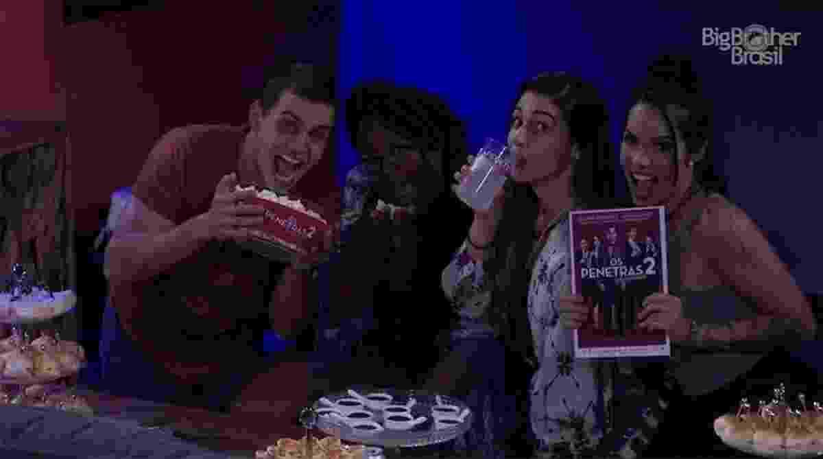 """Manoel, Roberta, Vivian e Mayara posam para foto antes da sessão de """"Os Penetras 2"""" - Reprodução/Tv Globo"""