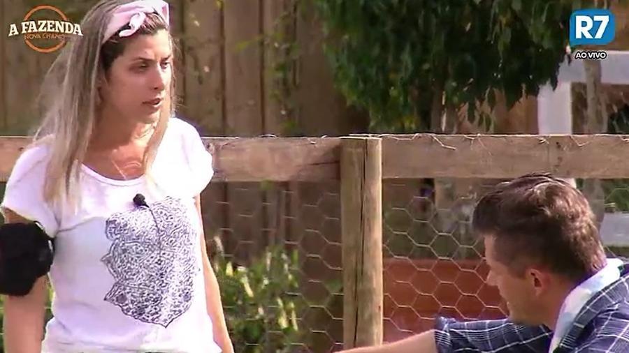 Ana Paula e Marcos brigam na área externa da sede - Reprodução/R7