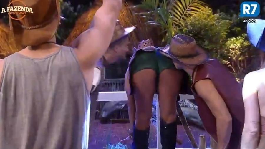 Peões beijam bumbum de Rita Cadillac - Reprodução/R7