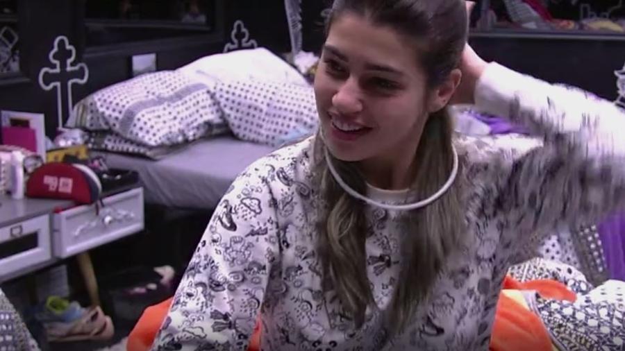 Vivian fofoca com Pedro sobre comportamento de Marinalva - Reprodução/TVGlobo
