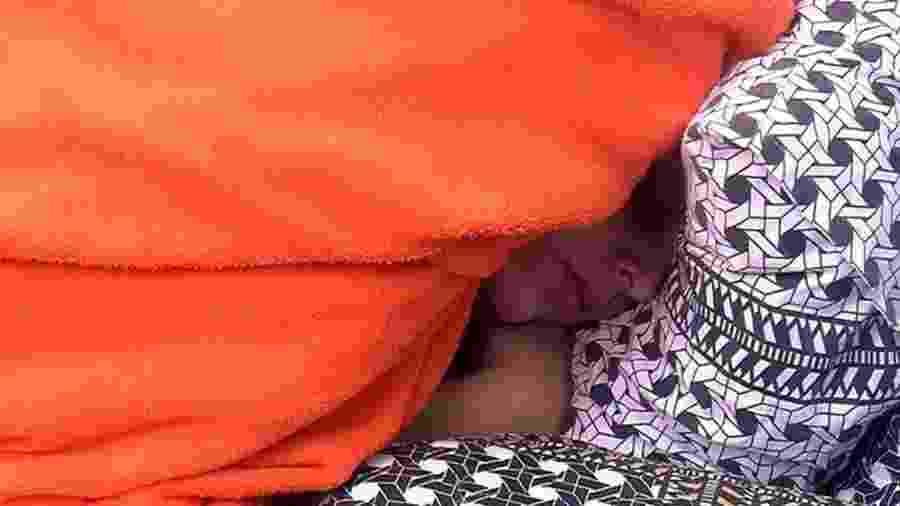 Emilly dorme sozinha no quarto preto - Reprodução/TV Globo