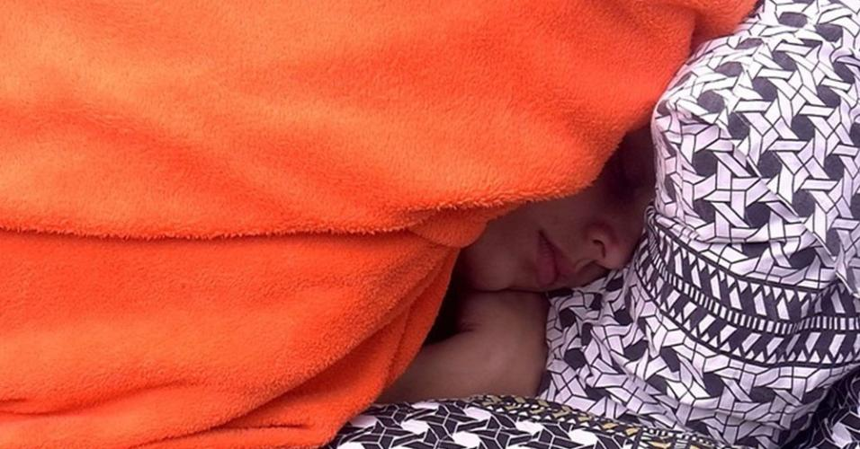 Emilly dorme sozinha no quarto preto