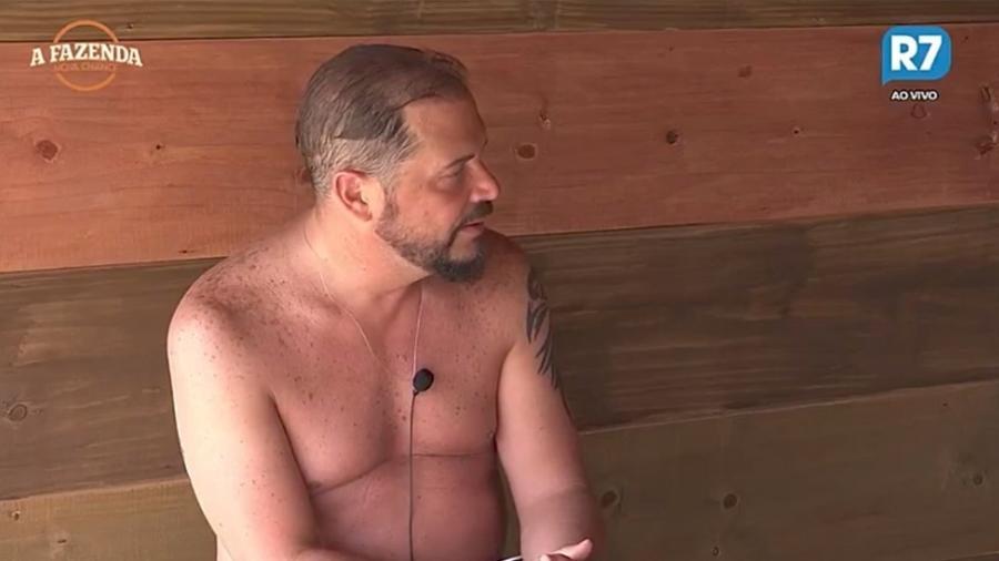 Conrado conversa com Dinei na casa da árvore  - Reprodução/R7