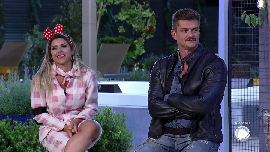 Ana Paula Minerato e Marcos Harter aguardam o último roceiro da semana  - Reprodução/Record