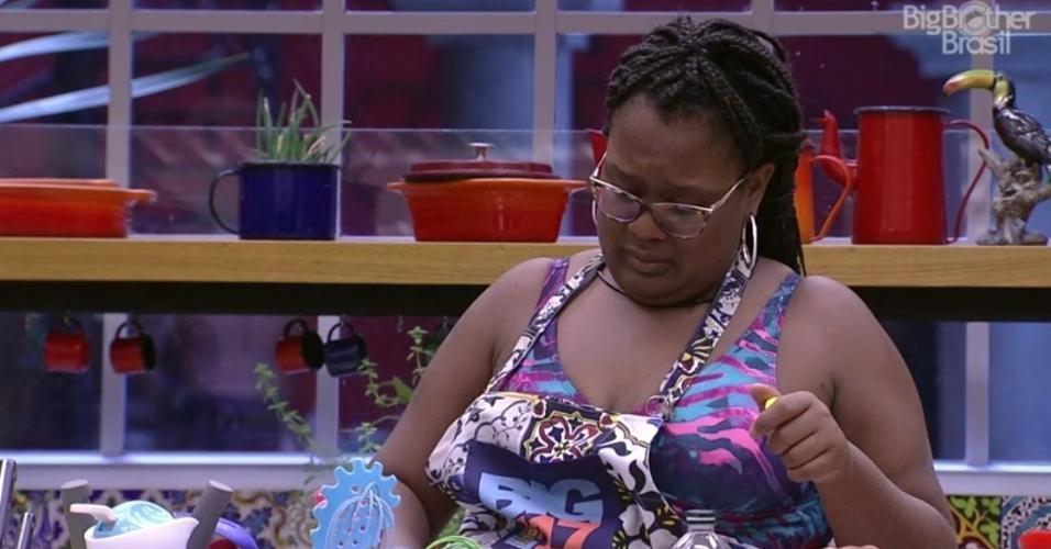 Roberta coloca ketchup com pimenta no estrogonofe de carne