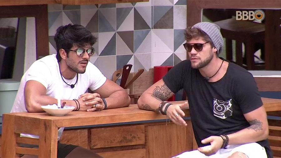 """Lucas e Breno falam sobre as atitudes de Wagner na casa do """"BBB18"""" - Reprodução/GloboPlay"""