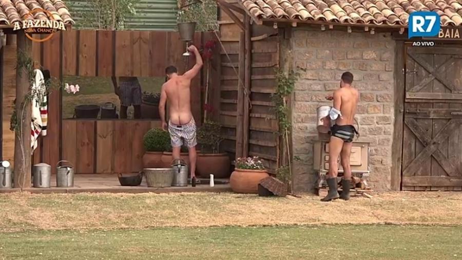 Marcelo Ié Ié toma banho na área externa da casa - Reprodução/R7